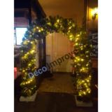kersttakken boog met kerstversiering en verlichting