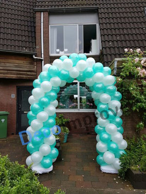 Enkeldeurs Ballonnenboog met Pijlpatroon Clusters van 4 Ballonnen